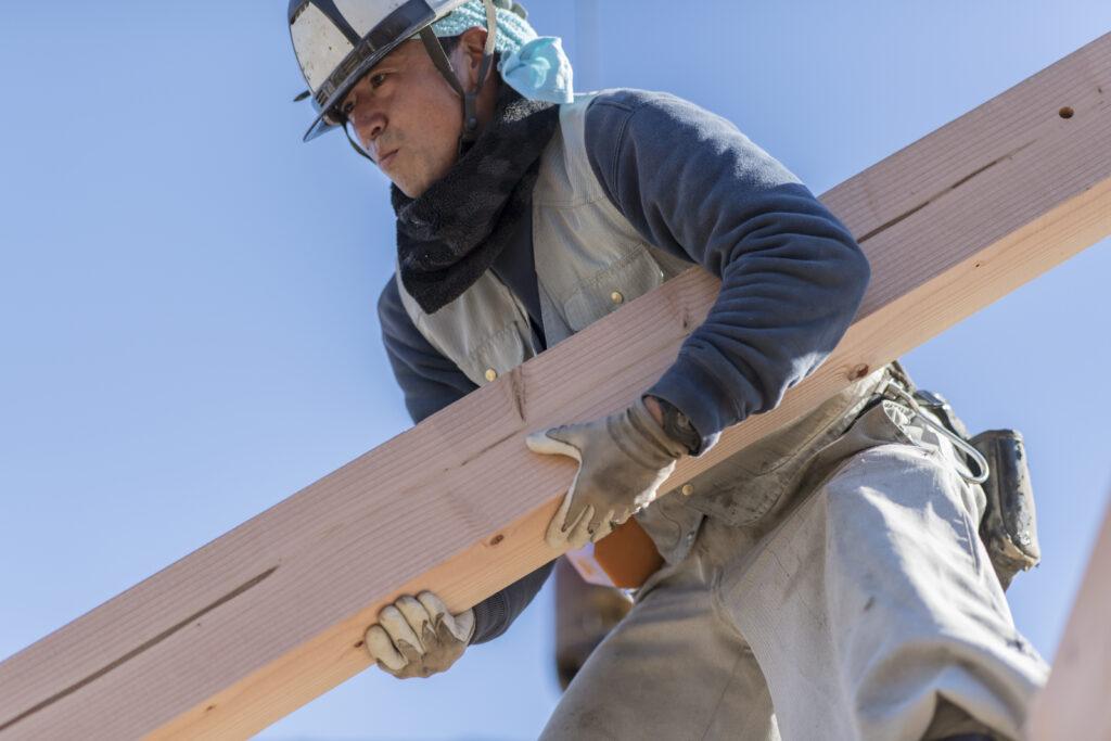 木材を運ぶ大工